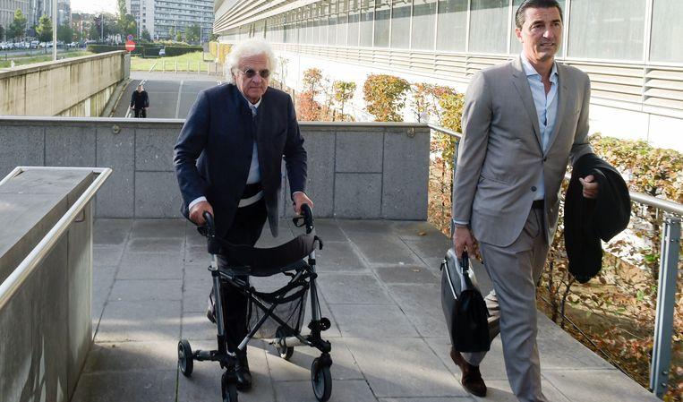 Uroloog Bo Coolsaet (80) en advocaat Kris Luyckx komen toe aan het Antwerpse justitiepaleis. (archieffoto)