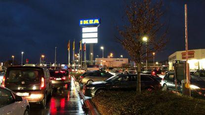"""Grote wegverzakking veroorzaakt verkeerschaos aan Ikea in Wilrijk: """"Blijf uit de buurt!"""""""