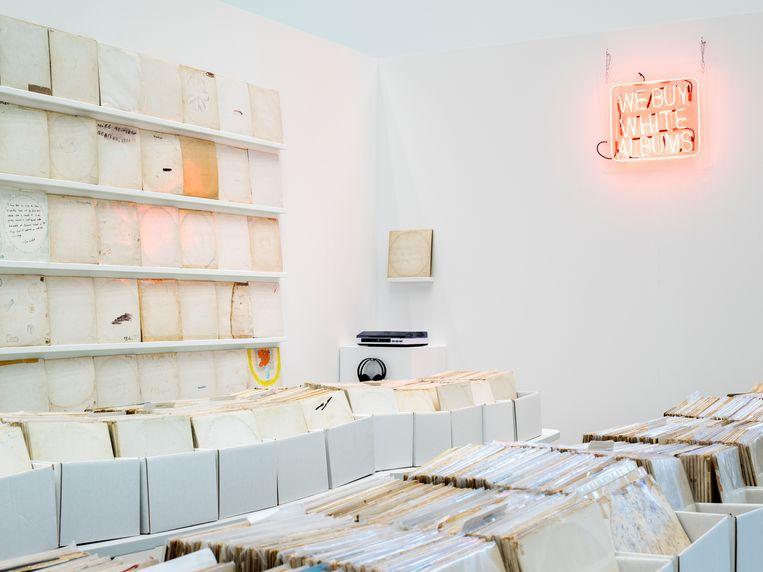 We Buy White Albums moedigt het publiek aan door de bakken te bladeren Beeld Henning Rogge / Deichtorhallen Hamburg