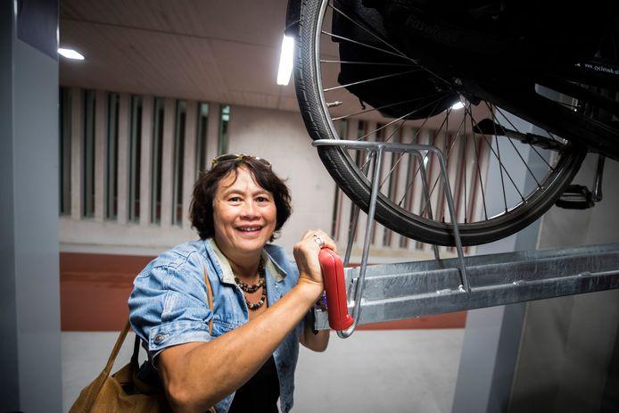 De 69-jarige Muriël Roquas heeft het voordeel dat ze aan krachttraining doet.