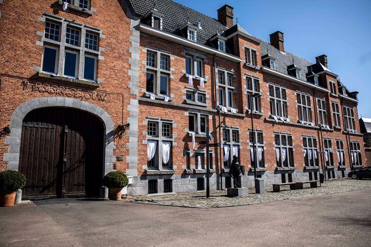 Witte doeken aan Poortgebouw in Oud-Rekem.