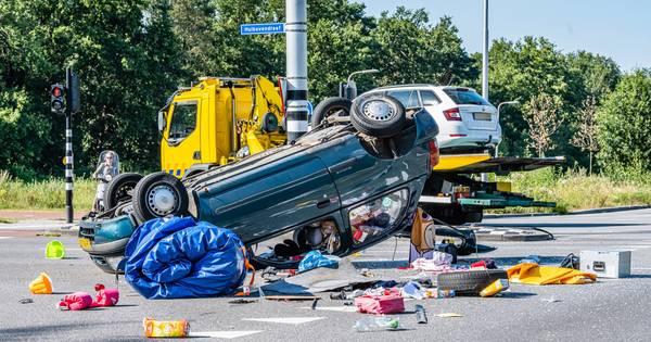 Drie gewonden bij botsing in Tilburg, auto ondersteboven op kruispunt.