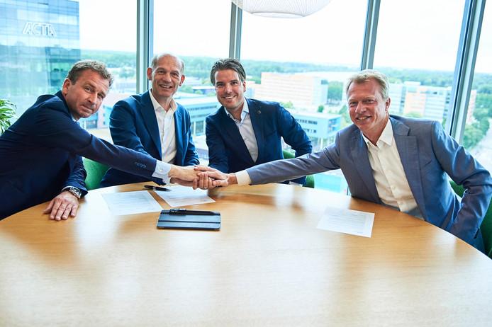 De partijen bijeen bij de afsluiting van de deal: vlnr Martijn van Rensch en Oscar Snijders van Deloitte, Tom Selten van Lightyear en Erik Henstra van LeasePlan.