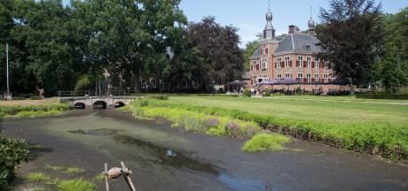Vissen zitten wéér zonder water: Slotgracht in Hierden voor derde zomer op rij drooggevallen