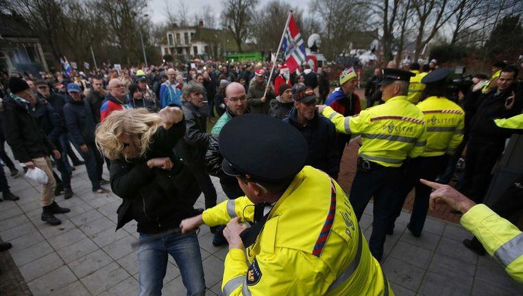 Agenten raken slaags met demonstranten voor het gemeentehuis in Loppersum. Beeld epa