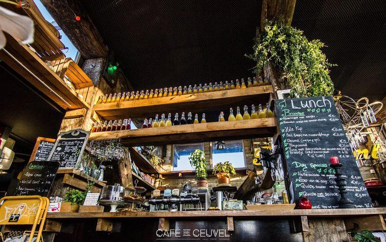 De bar van Café De Ceuvel Beeld Ceuvel