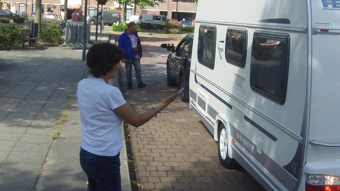 Emmy Schots geeft aanwijzingen aan haar man, die de caravan nog een stukje verder achteruit mag zetten.