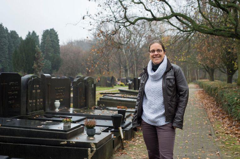 Schepen Goedele Van der Spiegel op het kerkhof.