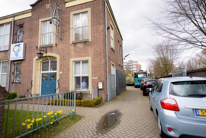 EINDHOVEN - Pastoriestraat pand Lichtjesroute met de zijkant van het terrein en de wagens op de foto.