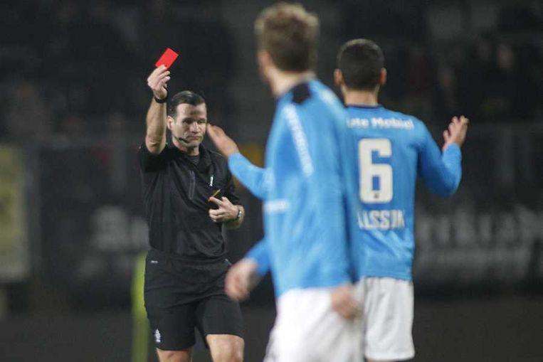 Scheidsrechter Pieter Vink (L) geeft rood aan NEC-speler Victor Palsson (6). Beeld null
