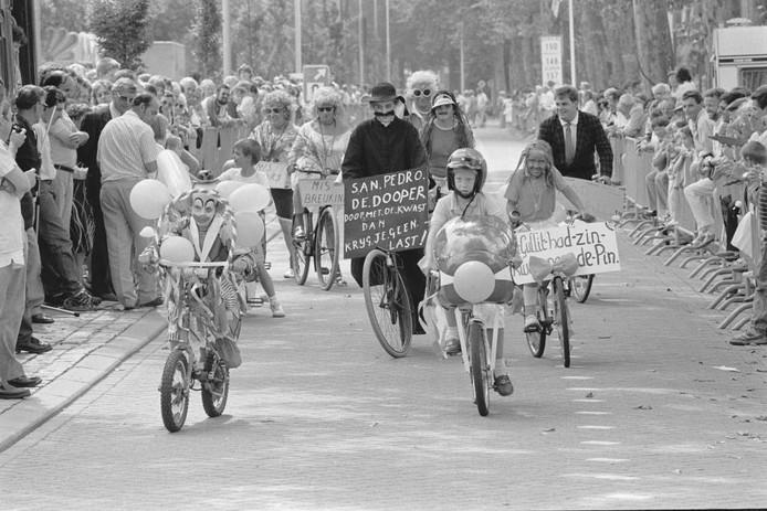 Was het carnaval op de fiets of een 'aangeklede' fietsrally in 1988? Ben Steffen was erbij en maakte deze foto. Was u er ook bij? Herkent u mensen? Waar was de fietsrally? We zijn benieuwd naar uw reactie.
