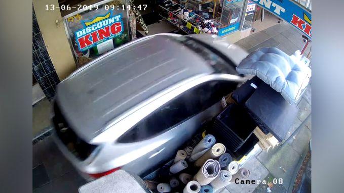 Bejaarde man verliest controle over stuur en vlamt over voetpad