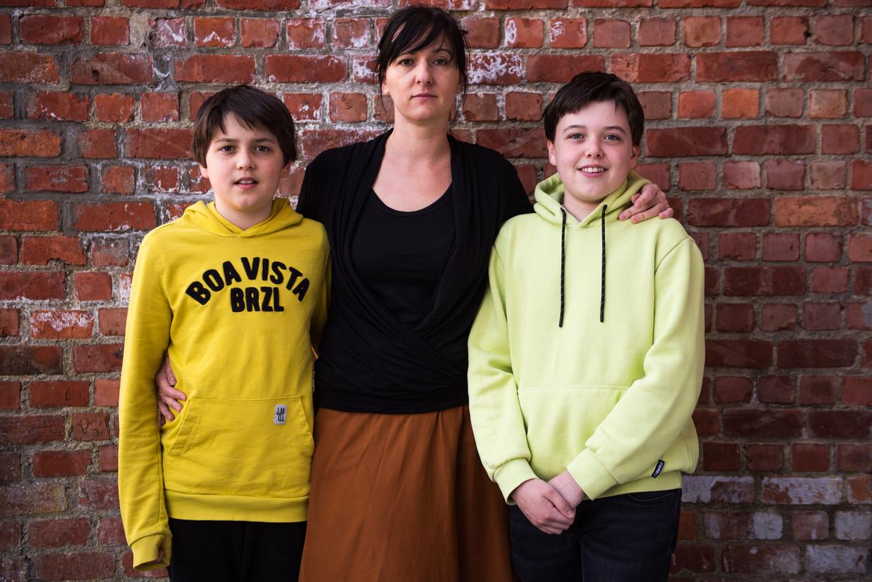Eva Van Den Eynde met haar zonen Emile (10, links) en Mats (12, rechts).