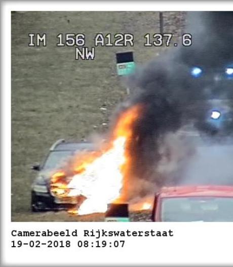 Auto vliegt in brand op A12 bij Duiven