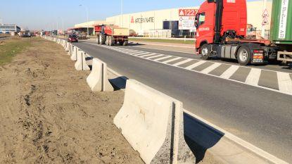 Gewest plaatst betonblokken in bermen van haven zodat trucks zich niet meer vastrijden