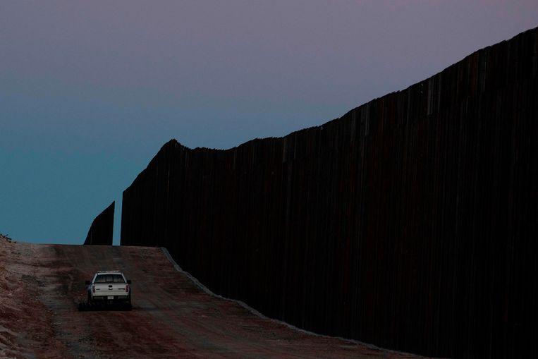Een voertuig van de US Border Patrol rijdt langs een stuk van de nieuwe grensmuur in Dona Ana County, New Mexico.