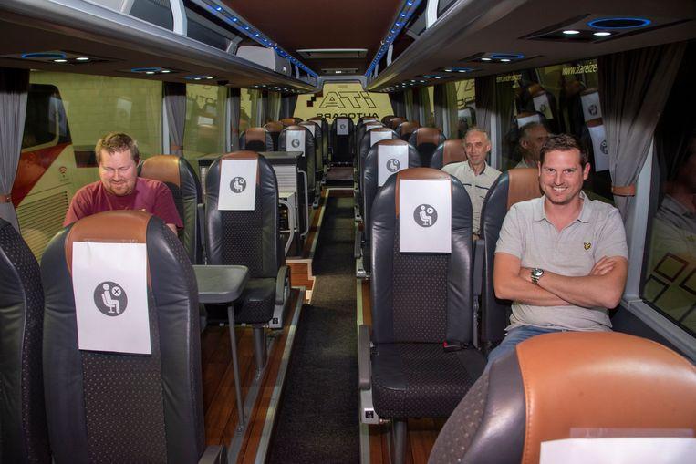 Zaakvoerder Jonas (rechts) richtte de bussen van ITA Vanhove in om passagiers volgens de regels van social distancing te vervoeren.