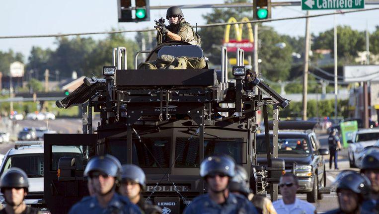 Oproerpolitie in Ferguson met een MRAP. Beeld reuters