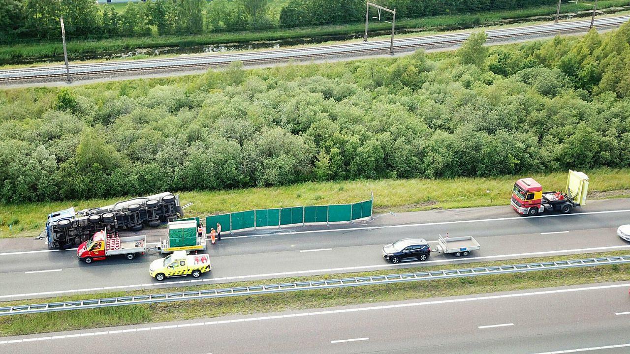 De vrachtwagen viel tussen Havelte en Meppel-Noord door nog onbekende oorzaak op z'n kant.
