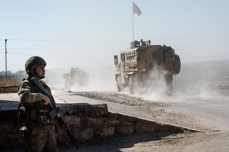 Het Turkse leger steekt de grens met Syrië over bij Akcakale.  Beeld Getty Images