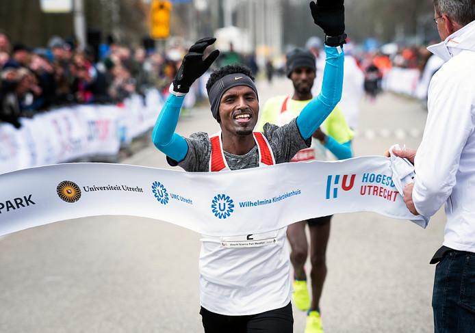 Mohammed Nurhussein komt als winnaar over de finish van de Utrecht Science Park Marathon (Foto Marnix Schmidt)