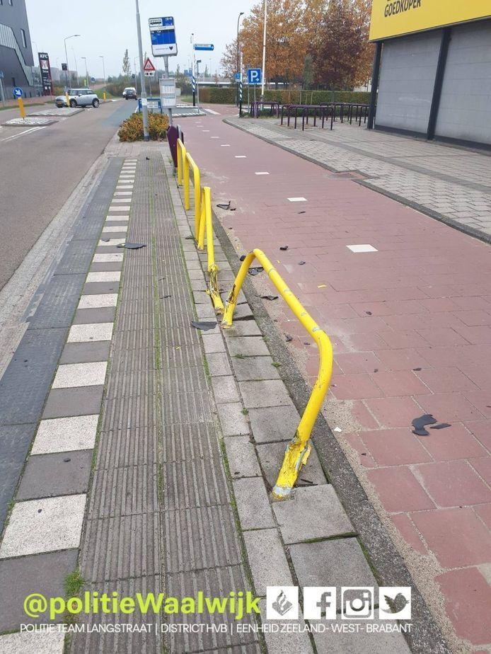 Bestuurder onder invloed rijdt bushaltemeubilair omver in Waalwijk op de Prof. Asserweg.