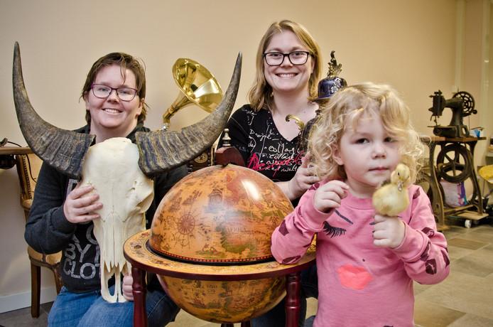 Niki Otto, Angelique Otto en dochter en naamgever Kailin met een aantal bijzondere producten uit hun winkel.
