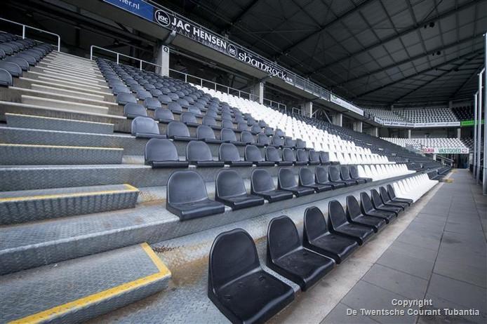 Vak Q, normaliter het stavak in het Polman Stadion, is bezet met stoeltjes.
