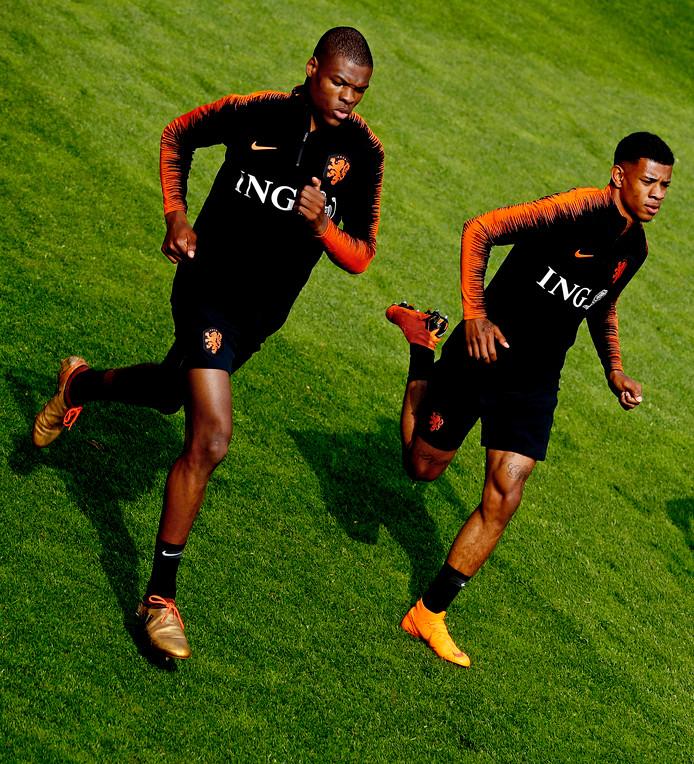 Denzel Dumfries en Juninho Bacuna bij de training van Oranje in Zeist.