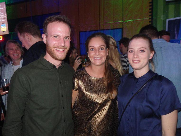 Van links naar rechts: Blauw-Witleden Seth ten Pas, Sophie Hansen en Anke van der Mel. Hansen is de trots van de vereniging: ze zit in het Nederlandse korfbalteam Beeld Schuim