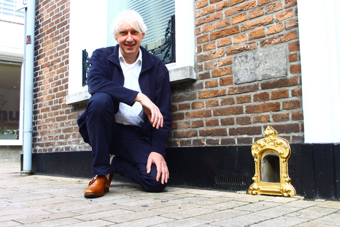 Kees Koreman en zijn gouden schoenschraper, aan de Tuinstraat.