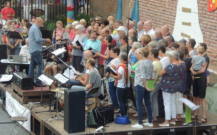 De koorleden van Frappant in actie.