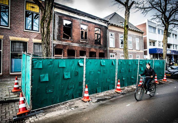 Het uitgebrande pand aan de Dubbeldamseweg Noord.
