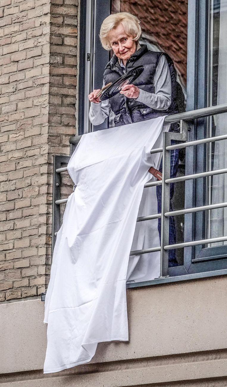 Ook deze dame hing een wit laken uit, in de Langemeersstraat.