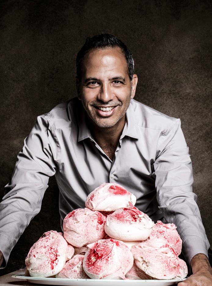 Yotam Ottolenghi, restaurant eigenaar en recept schrijver, met zijnn iconische merinques