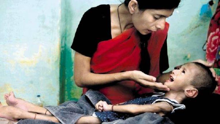 Tasleen, 26, verzorgt haar dochter Zubin, 3 jaar. Zubin kwam gezond ter wereld, maar raakte ernstig ziek, waarschijnlijk door het drinken van vervuild water. (FOTO ALEX MASI) Beeld