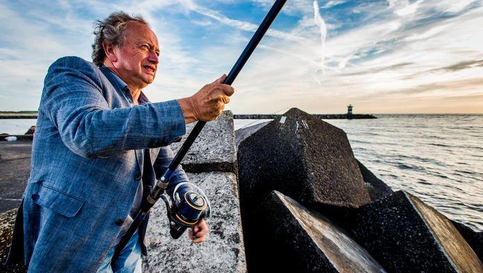 Henk Bleker gooit een hengeltje uit op het havenhoofd van Scheveningen. De politiek is voor hem, nu hij gestopt is, erg ver weg. ,,Politici vergroten soms problemen in plaats van ze op te lossen.''