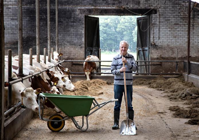 Melkveehouder Jan Keijzers uit Vlierden in zijn stal.