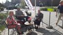 Beppie Bogers, Jaap Branderhorst en Trees Vermeulen zitten lekker aan de koffie bij Buurthuis Vrijhoeve in Sprang-Capelle, en maken een praatje met passerende kiezers.