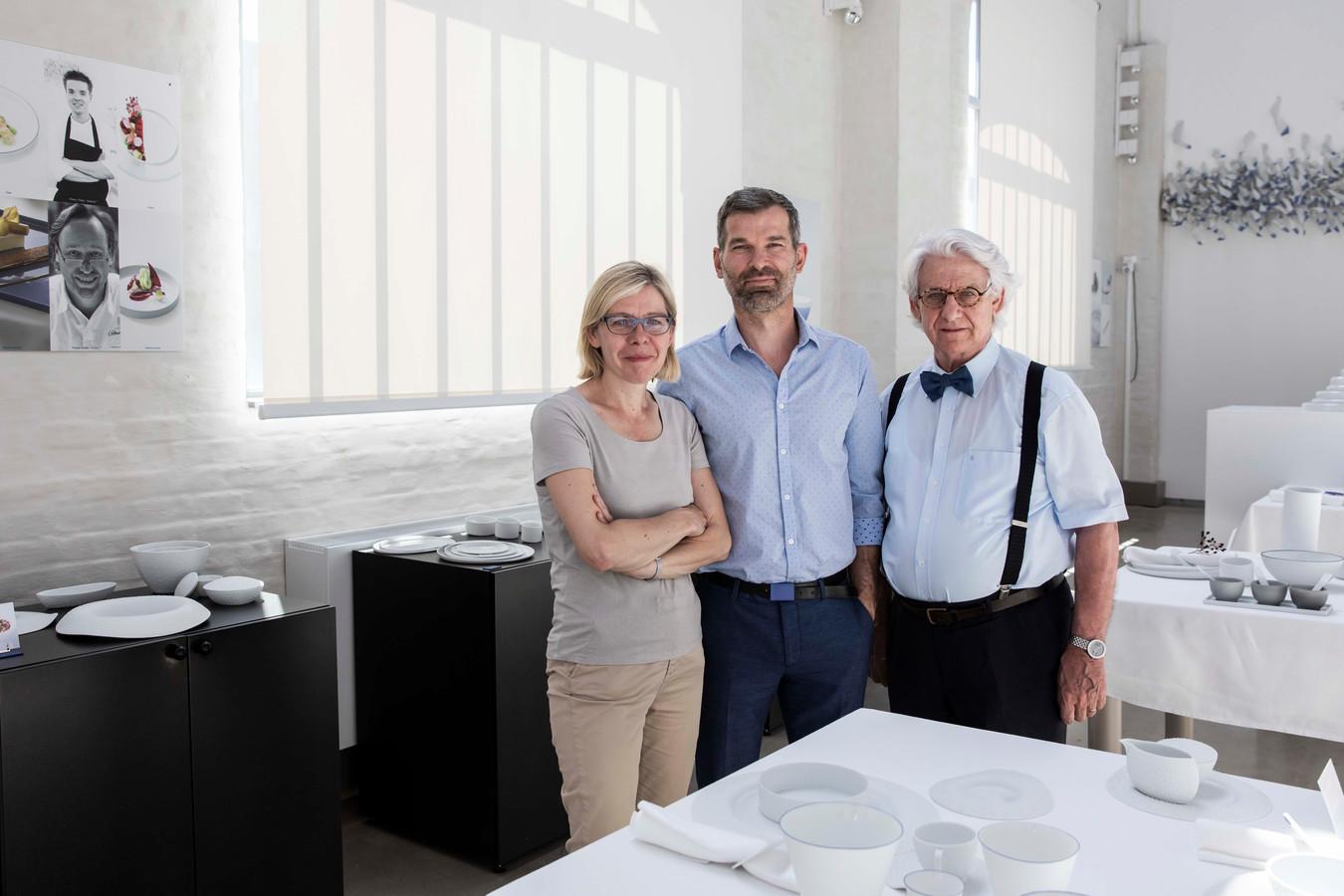 """Piet Stockmans samen met zijn dochter Widukind en schoonzoon Frank Claesens bij de collectie """"Dauw"""". Dat thema komt terug in de borden die bestemd zijn voor Mirazur, het beste restaurant van de wereld."""