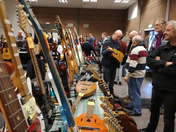 De gitaarbeurs in De Mallemolen in Groesbeek.