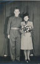 Trouwfoto van de Poolse parachutist Jozef Wojciechowski met zijn vrouw Emilia.