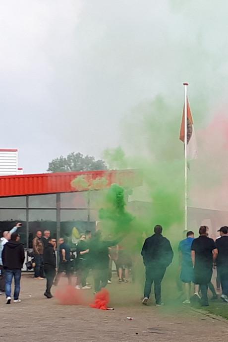 Warm welkom voor Feyenoord onder 19 met vuurwerk en gezang na gestaakte klassieker