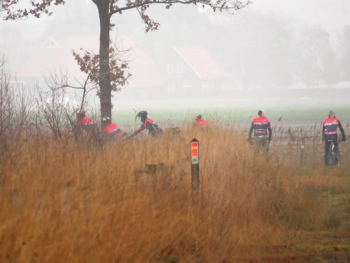 De foto waar het allemaal mee begon: leden van de Tubbergse fietsclub WTCT in het natuurgebied Engbertsdijksvenen.