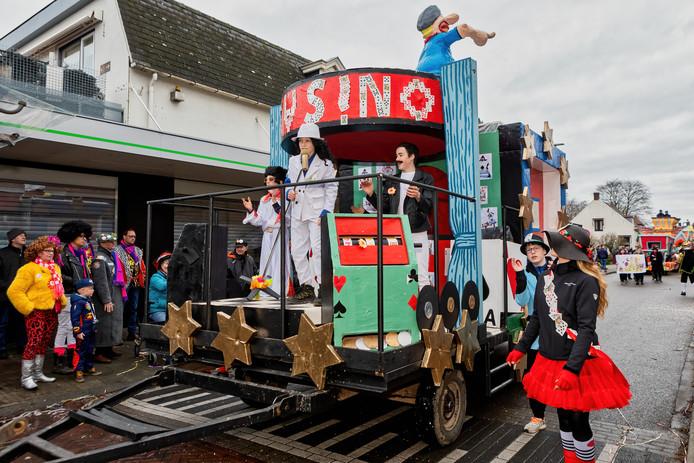 Carnavalsoptocht in Heerle, Puitelaand tijdens carnaval. De wagen van BV 't Zooike Durdouwers is een heus casino, met afwisselende optredens van grote sterren als Elvis Presley, Michael Jackson en Freddy Mercury, indachtig het motto Ut stoat in de sterre.