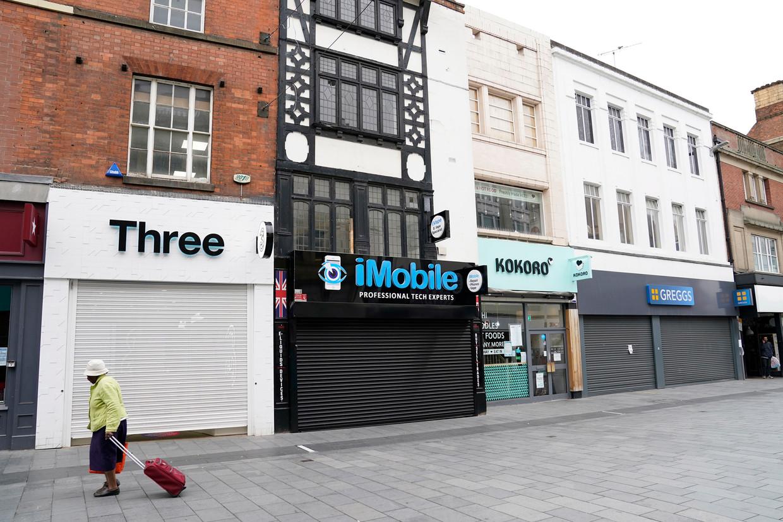Straatbeeld in de Britse stad Leicester, waar vanwege het oplaaien van het coronavirus een lokale lockdown is afgekondigd. Kroegen, restaurants en kerken, die elders in het land zaterdag opengaan, blijven hier gesloten.  Beeld EPA