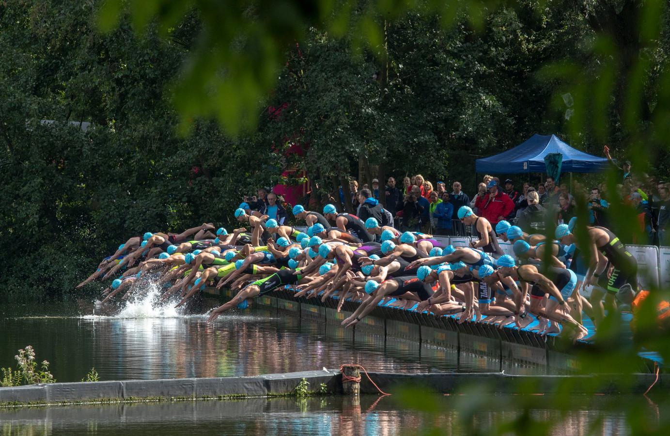 De start van het NK triatlon in Veenendaal.