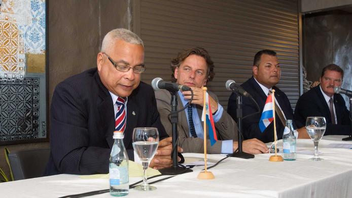 Premier Marcel Gumbs van Sint Maarten naast minister Koenders van Buitenlandse Zaken.