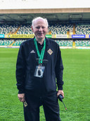 De bevlogen gids Ken Breakey op Windsor Park in Belfast.