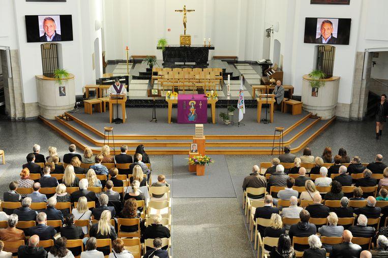 Een nagenoeg volgelopen kerk in Merksem nam afscheid van ex-wielerprof Frans Van Looy.